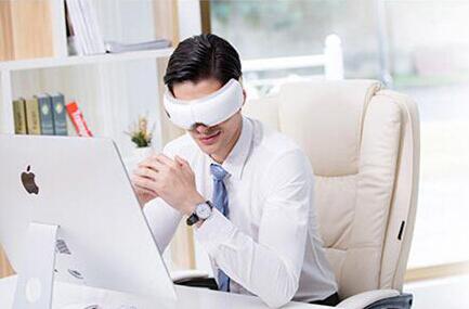 眼部按摩仪让电脑办公时眼睛不在干涩疲劳